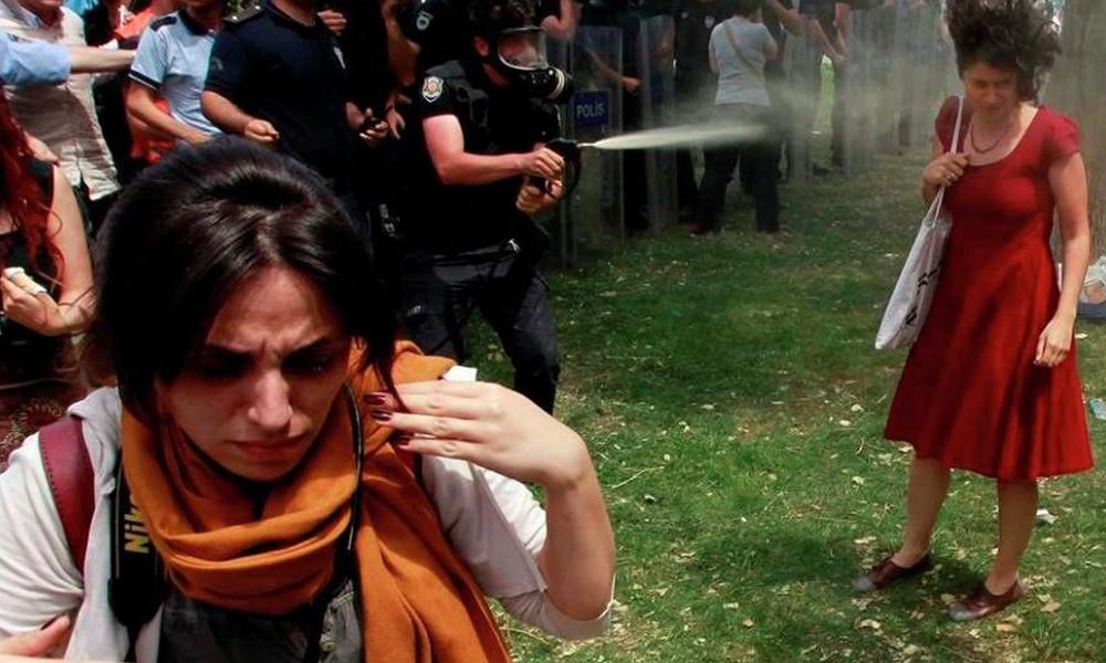 Kırmızılı kadın'a gaz sıktıran emniyet müdür yardımcısı hakkında yakalama kararı