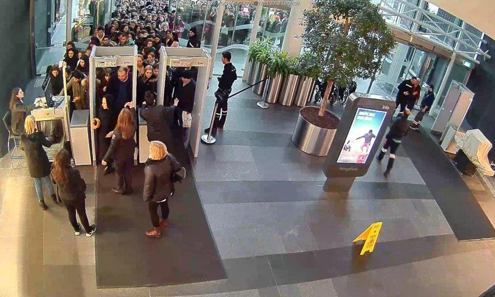 Alışveriş çılgınlığı günü, binlerce kişilik kuyruklar oluştu