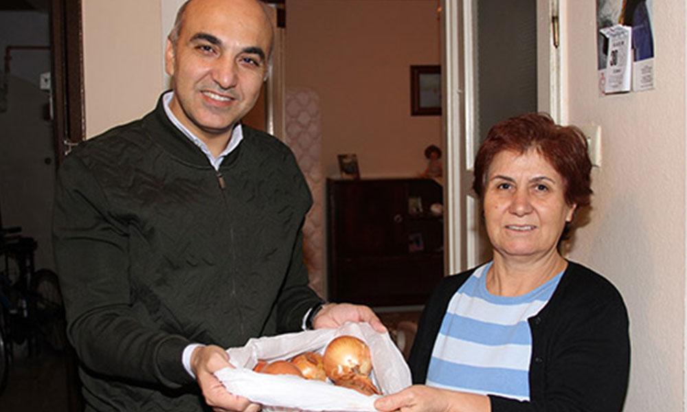 Belediye Başkanı, kapı kapı dolaşıp soğan dağıttı
