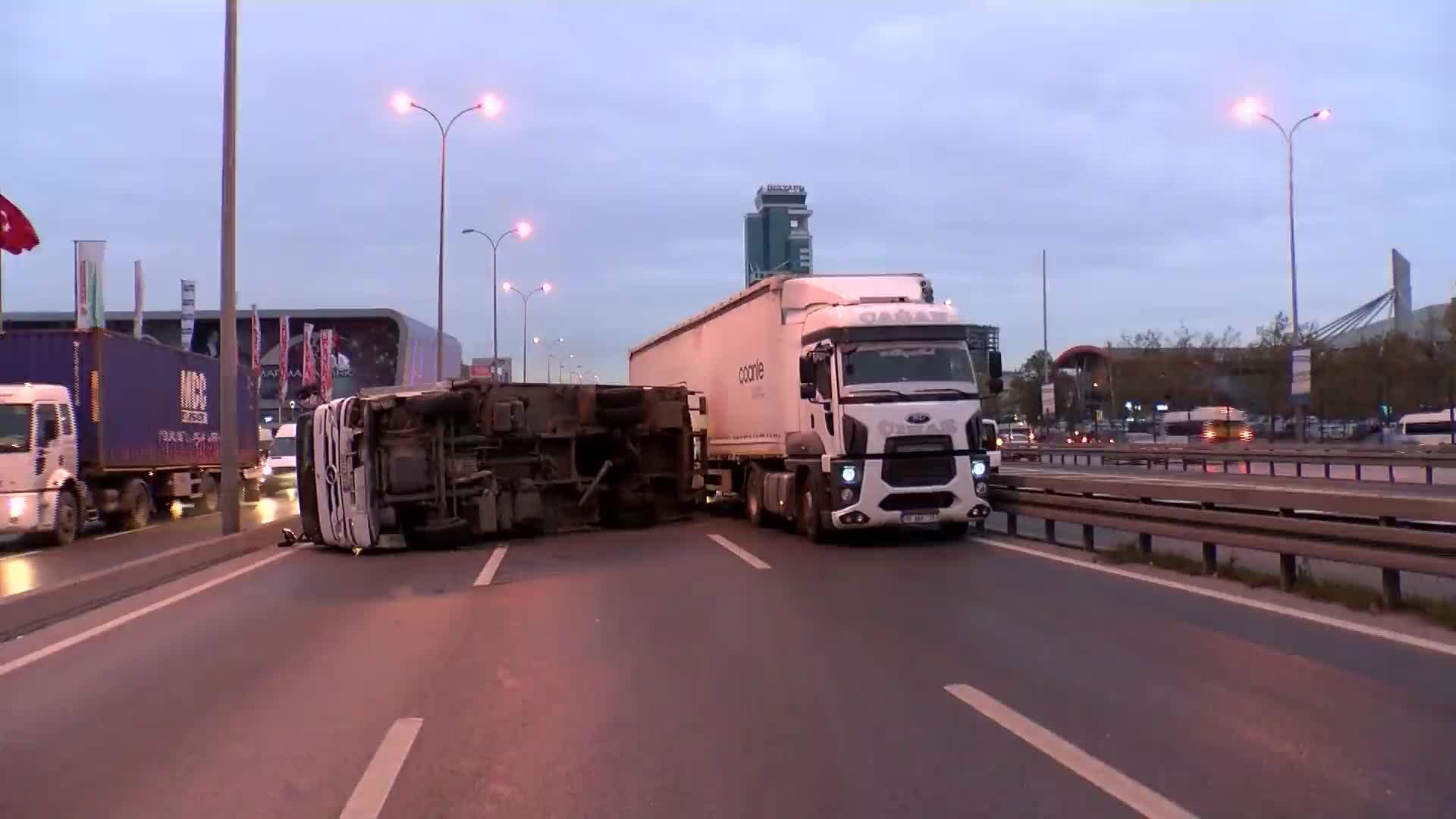 D-100 Karayolu üzerinde kamyon devrildi