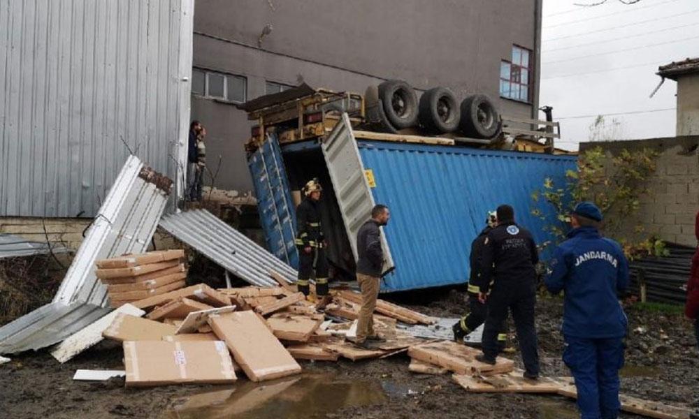 Fabrikada konteyner faciası: 2 işçi öldü, 1'i ağır yaralı