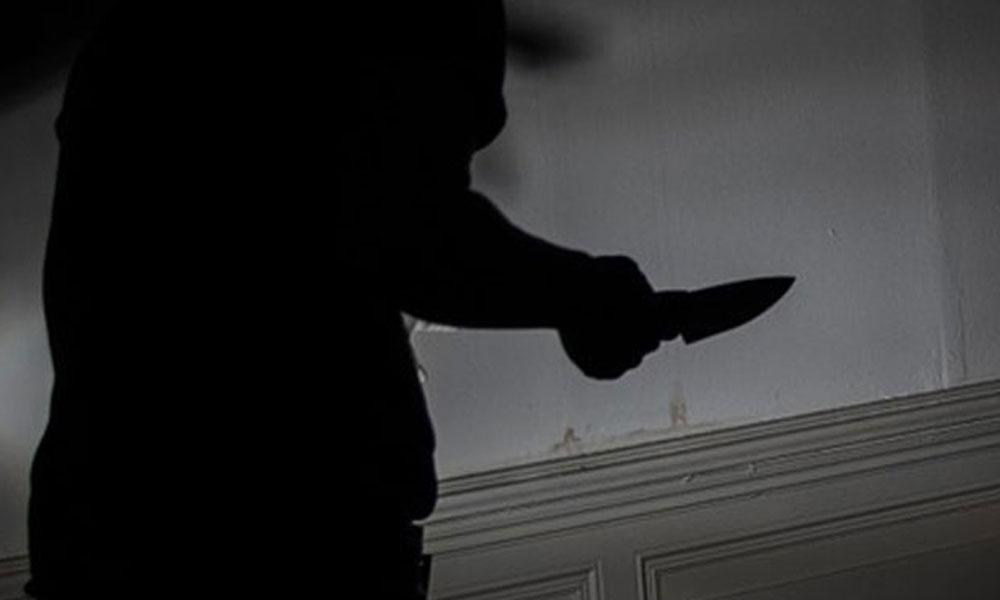 Okula gitmek istemeyen çocuk annesini bıçakladı!