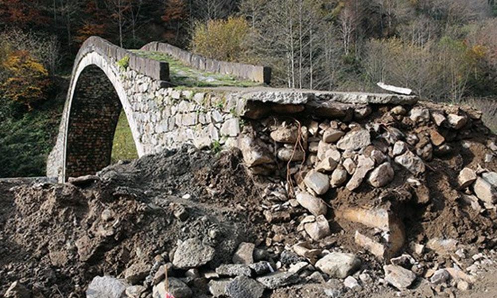300 yıllık tarihi köprü yol çalışmalarında hasar gördü