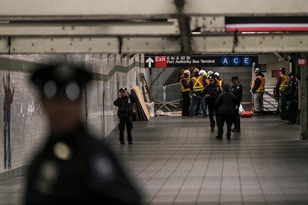 Metro istasyonunda kavga: Polis tek başına beş kişiye karşı