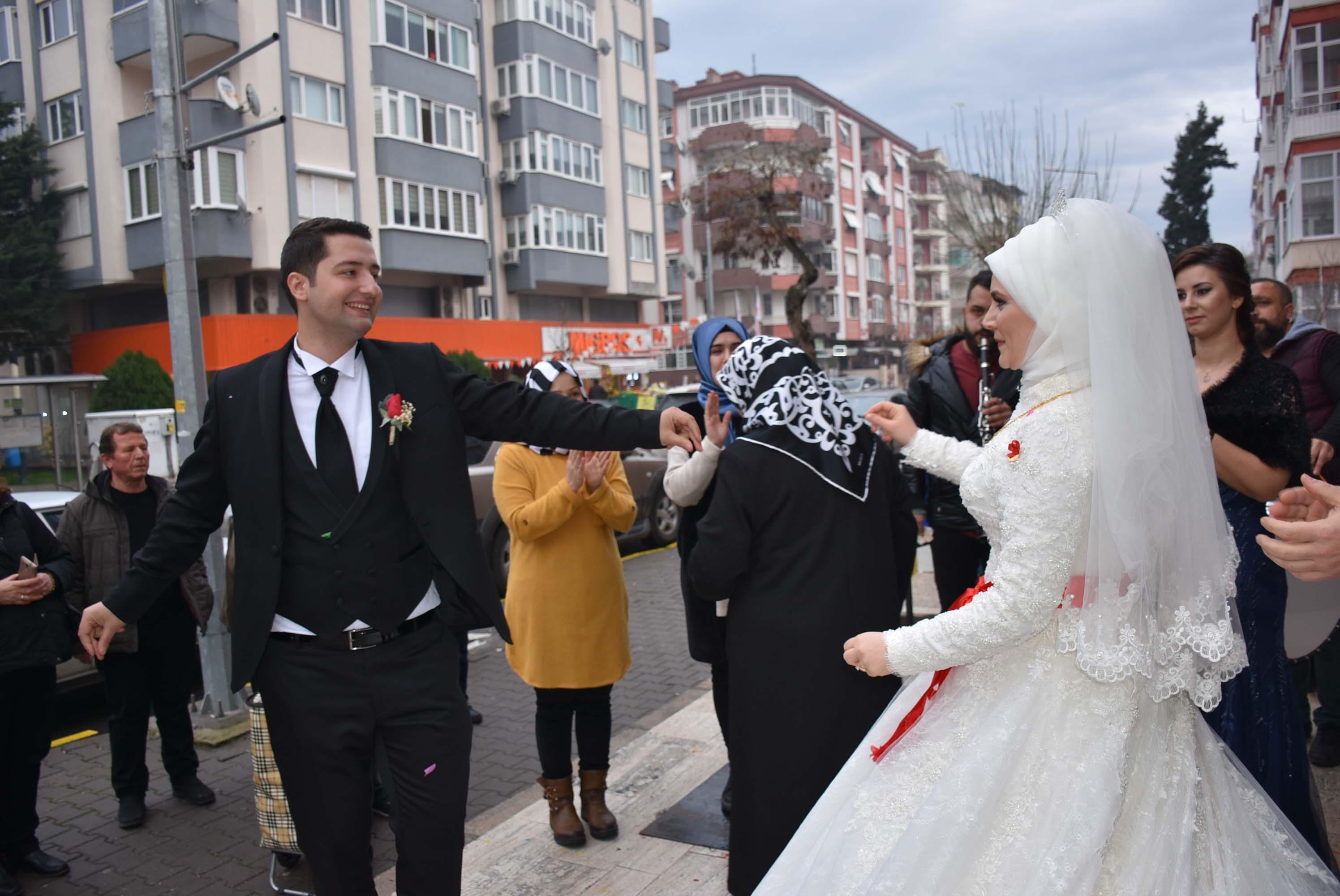 Gelinlikle işyerinde süt doldurup düğüne gitti