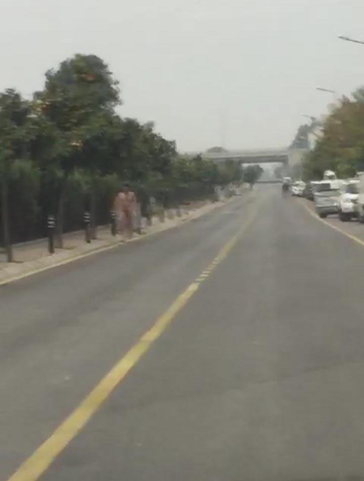 Çırılçıplak yolda yürürken görüntülendi