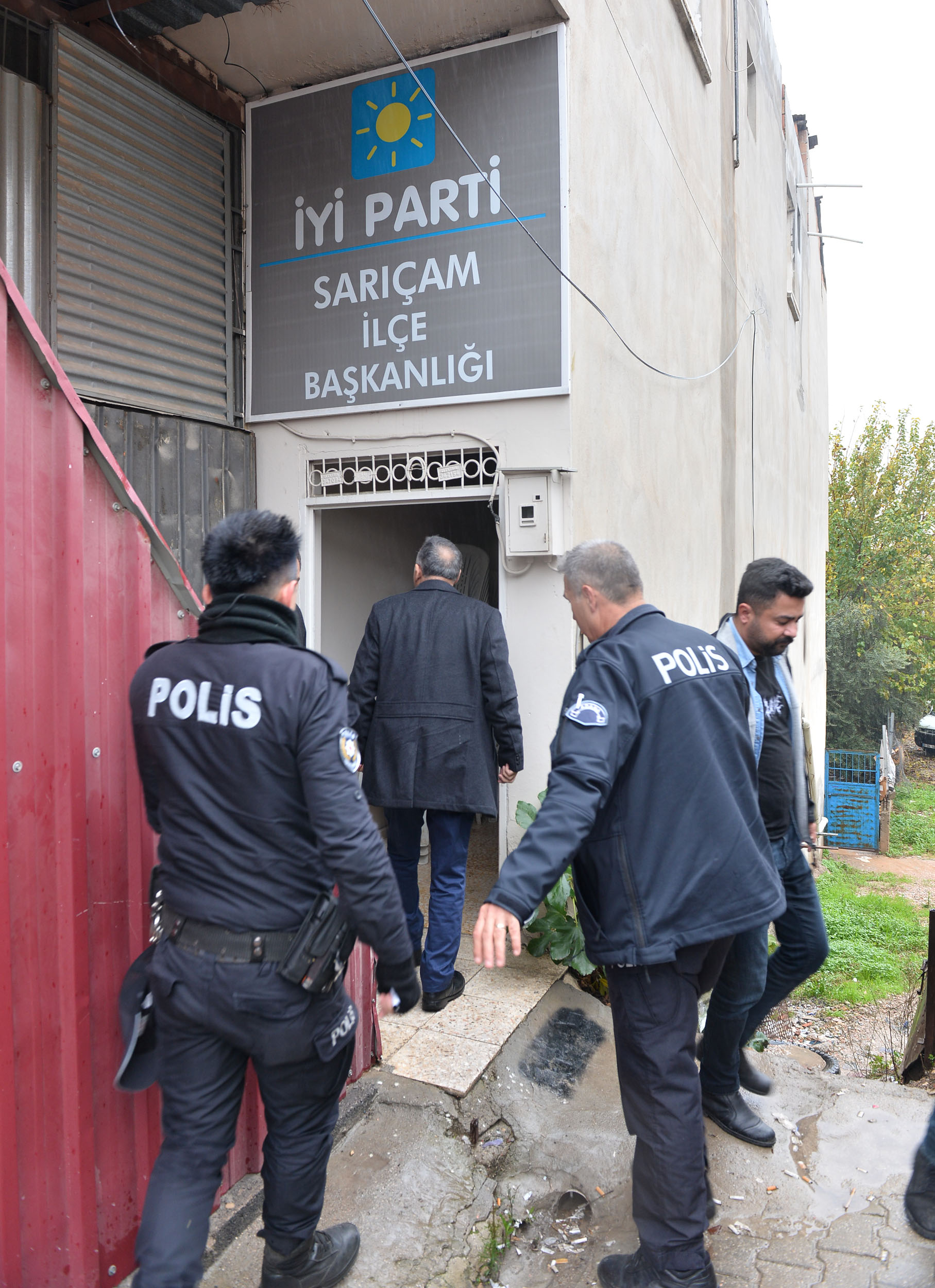 İYİ Parti ilçe binasına silahla saldırı şüphelisi yakalandı