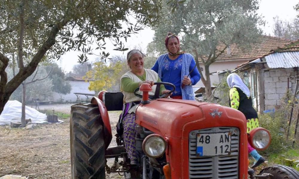 Kadın çiftçiler tiyatrodan sonra klipte de rol aldı