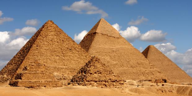 Mısır piramidinin tepesinde çıplak resim çektiren çift hakkında soruşturma başlatıldı