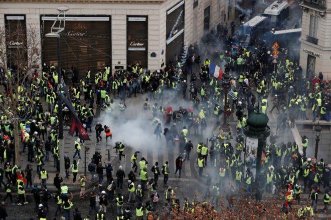 Paris'te hayat durdu: Büyük protestoda 700'den fazla gözaltı