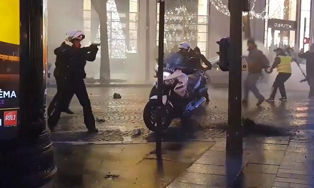 Paris'ten acayip görüntüler: Fransız polisi silah çekti
