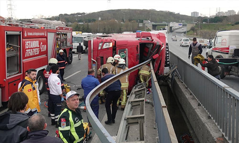 TEM Otoyolu'nda tır devrildi: Trafik kilitlendi