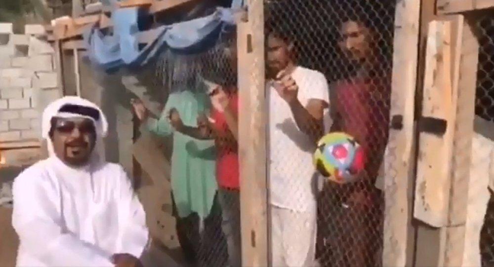 İşçileri kafese kapatıp, zorla tezahürat yaptırdı!