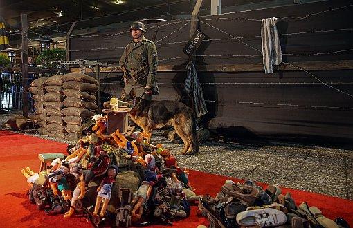 Kırmızı halıda toplama kampı 'mizanseni': 'Dalga geçer gibi'