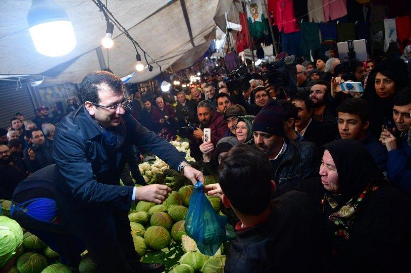 Ekrem İmamoğlu, Sultangazi'de pazar tezgahına çıktı lahana sattı