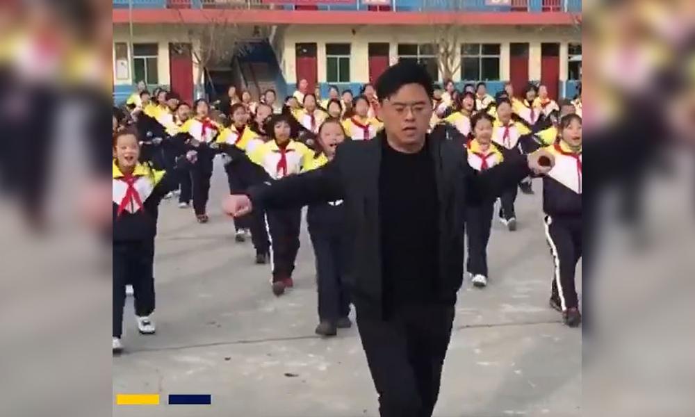 Çocukları bilgisayar başından kaldırmak için dans öğreten Çinli öğretmen