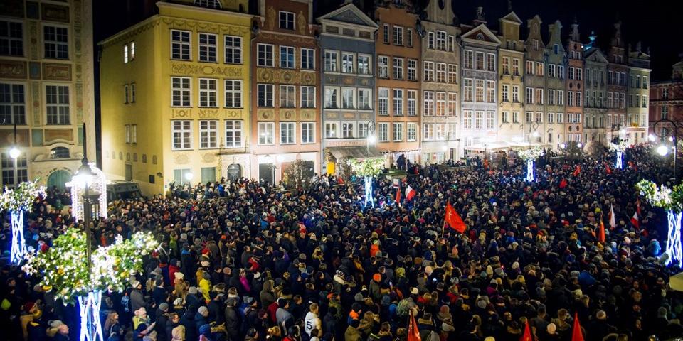 Polonya'da Belediye Başkanı'nın öldürülmesinin ardından binlerce kişinin katıldığı sessiz yürüyüş düzenlendi
