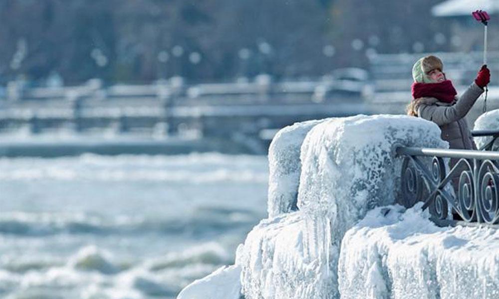 Aşırı soğuktan donan Niagara Şelalesi, manzarasıyla görenleri büyülüyor