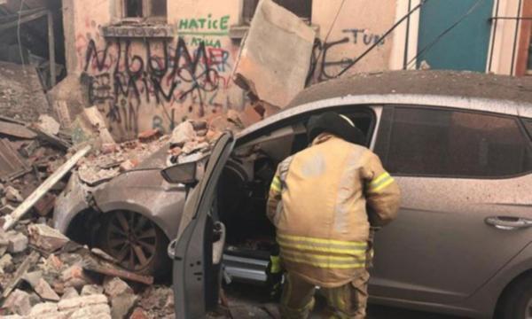 Balat'ta 3 katlı bina çöktü