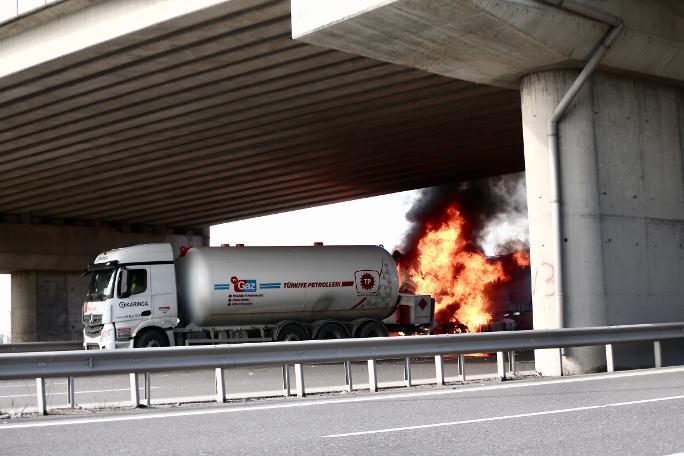 Yine hafriyat kamyonu kazası: Tankerle çarpıştı alevler yükseldi