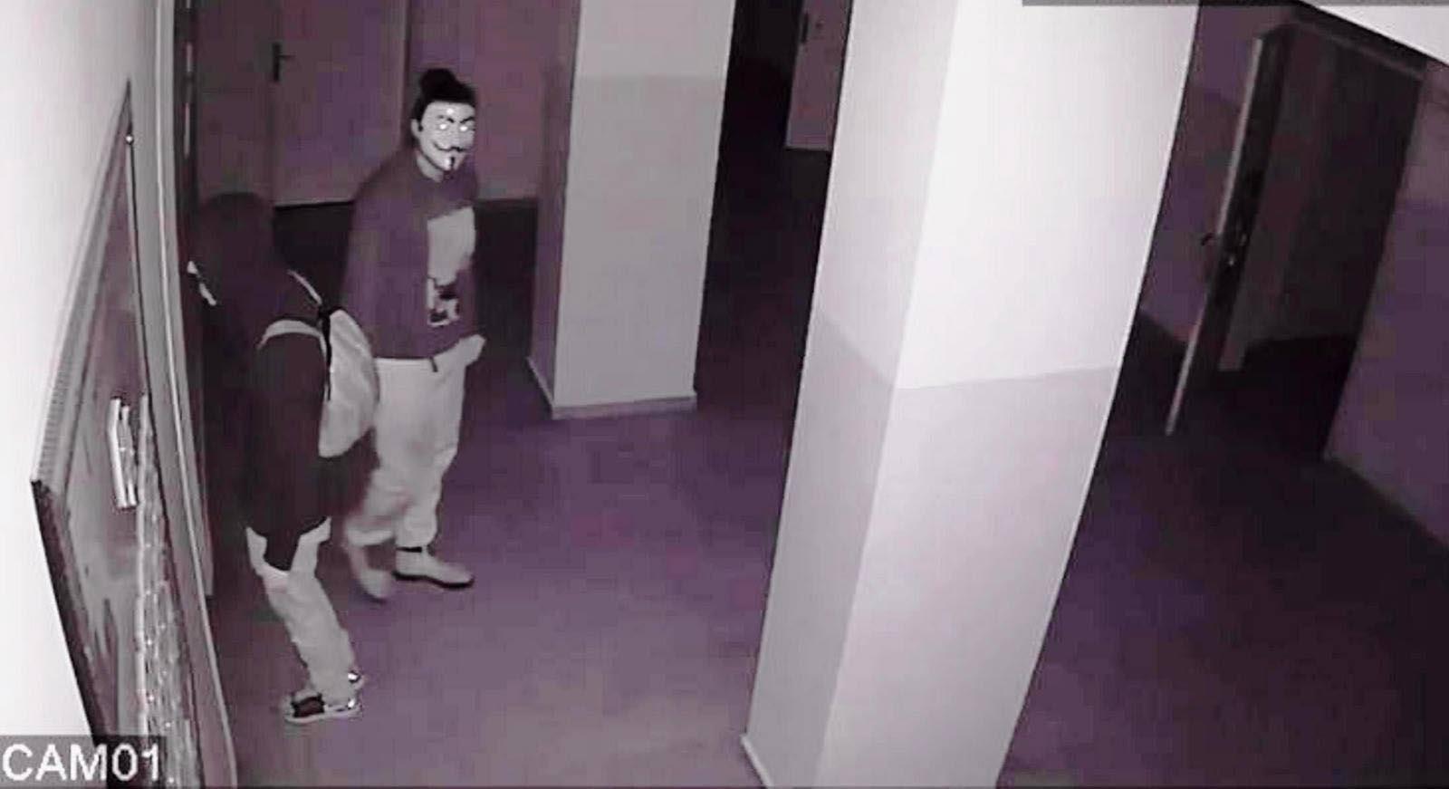Film karakterlerinin maskeleriyle hırsızlığa 2 tutuklama