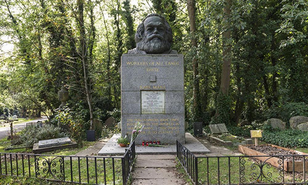 Karl Marx'ın anıt mezarına çekiçli saldırı