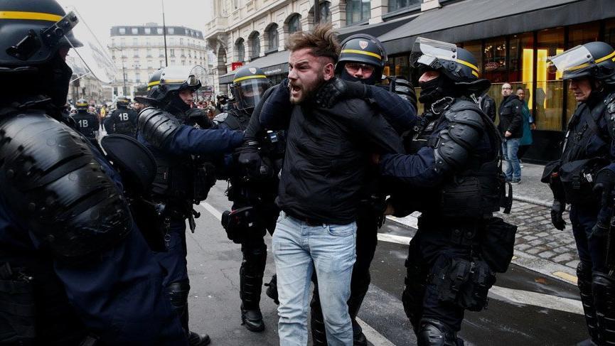 Paris'teki gösteride polisi döven boksöre hapis cezası!