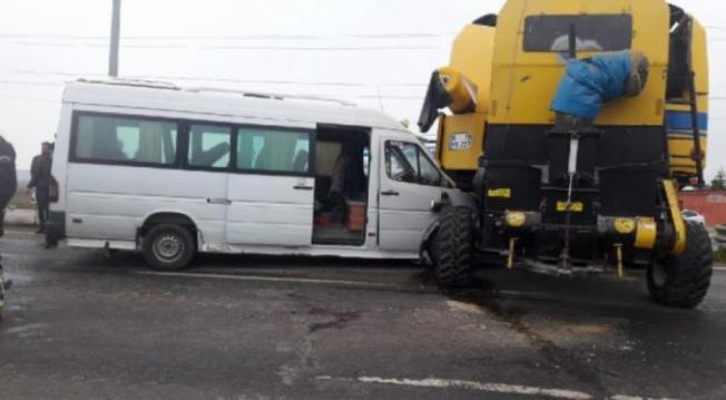Yolcu minibüsü biçerdöverle çarpıştı: 21 yaralı