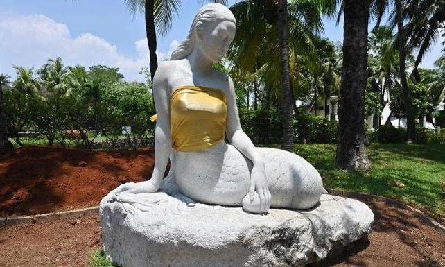 Göğüslerini örtmek için Denizkızı heykellerine bluz giydirildi