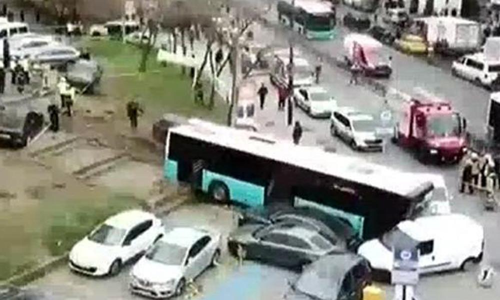 Beyazıt'ta özel halk otobüsü yayaların arasına girdi: İşte ilk görüntüler