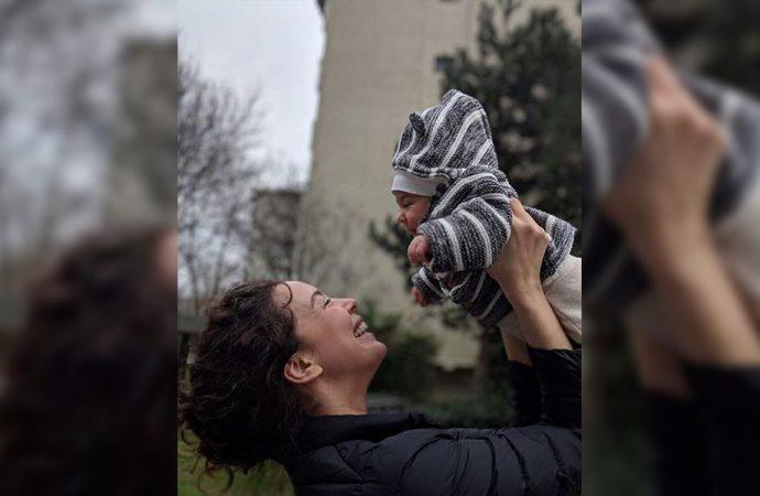 Azra Akın oğluyla ilk fotoğrafları paylaştı