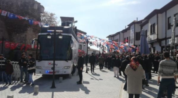 AKP mitinginde alan boş kalınca cami cemaatini çağırdılar