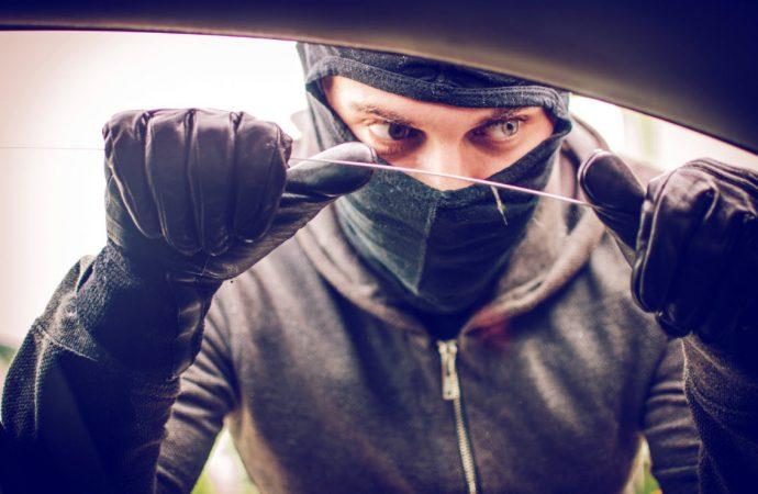 Oyunları aratmayan araba hırsızlığı… Kapıyı açıp, sürücüyü yumrukladı!
