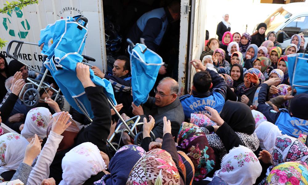 AKP mitingi sonrası pazar arabası dağıtımında izdiham