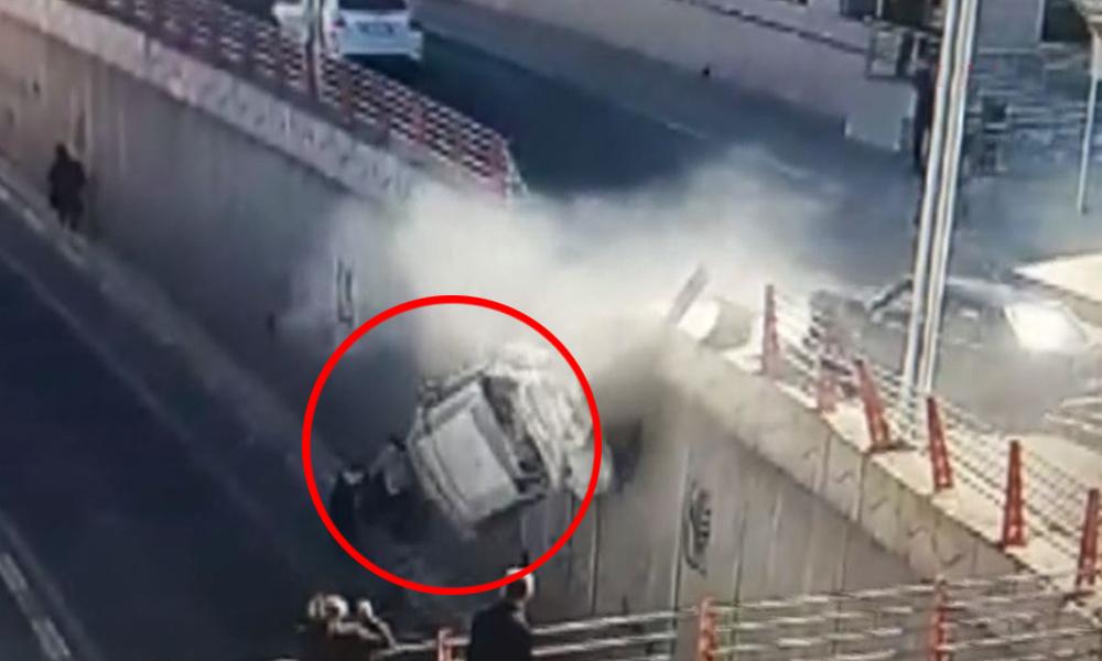 Otomobil köprüden uçtu: Yayalar bir adımla kurtuldu