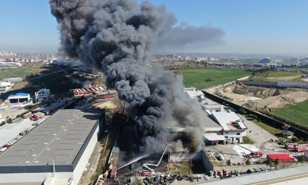 İstanbul'da fabrika yangını saatlerdir devam ediyor! Patlamalar meydana geldi