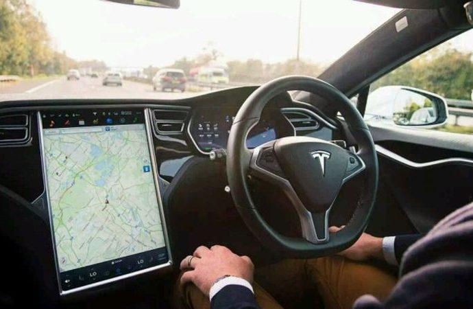 Tesla Autopilot kırımızı ışık uyarısı birçok araçta kullanılabilecek