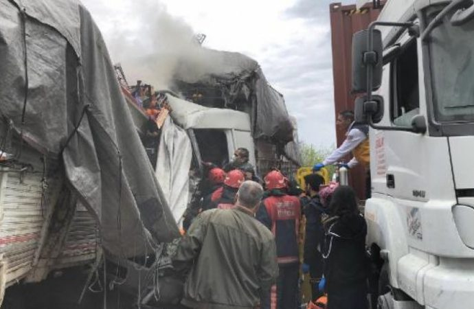 Zincirleme kaza, İstanbul yönü ulaşıma kapandı