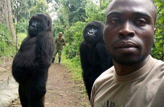 Muhafızlarla selfie çektirdi