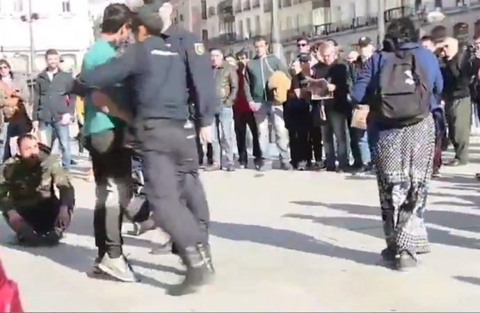 Kavga eden Romanlara İspanyol polisinden meydan dayağı