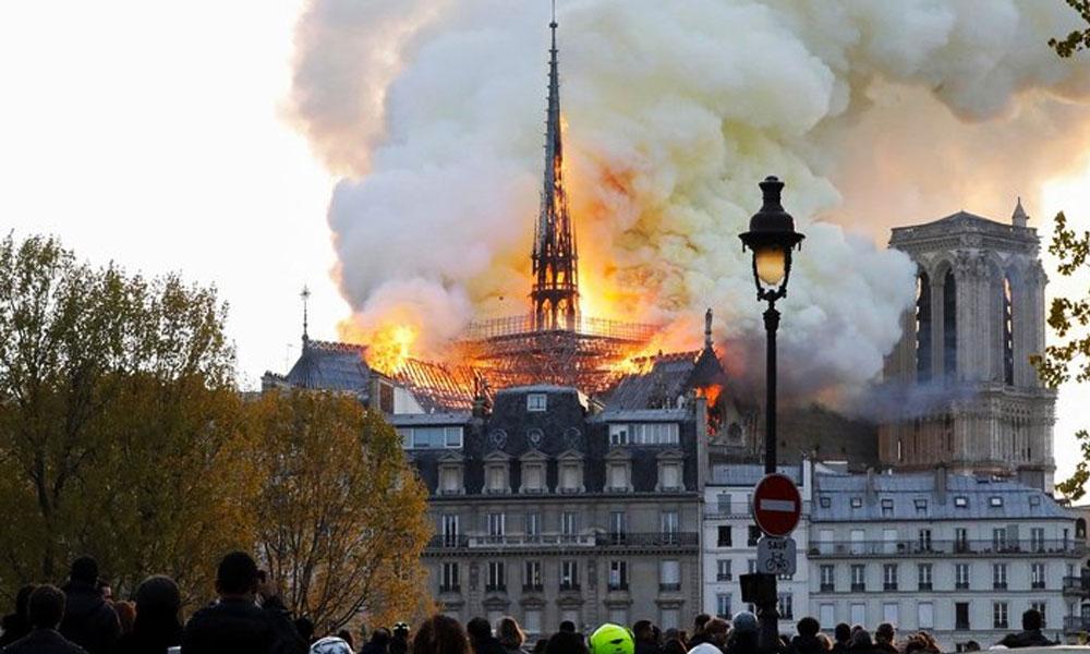 Paris'in simgesi Notre-Dame Katedrali'nde büyük yangın