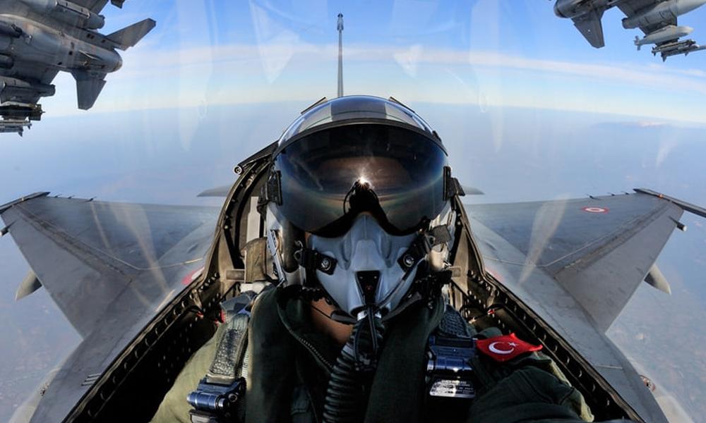 F-4 savaş uçağı iniş sırasında arıza yaptı: İki pilot atlayarak kurtuldu