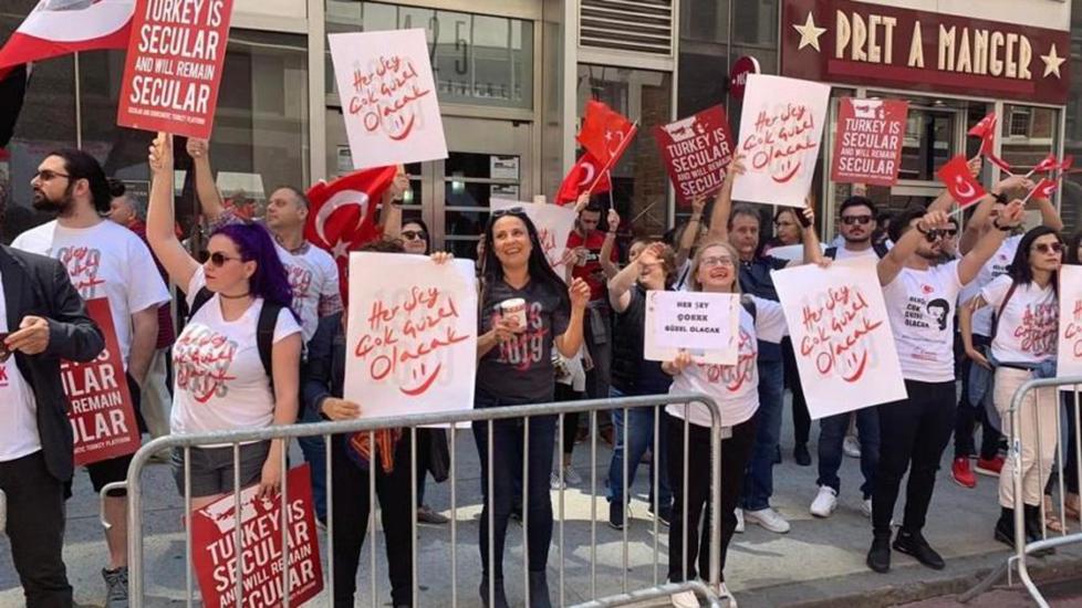 New York'taki Türk Günü'nde 'Her şey çok güzel olacak' gerginliği