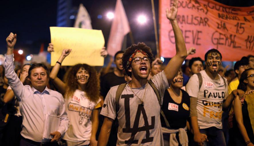 Cumhurbaşkanı, bütçe kesintisini protesto eden öğrencilere 'embesil' diye seslendi