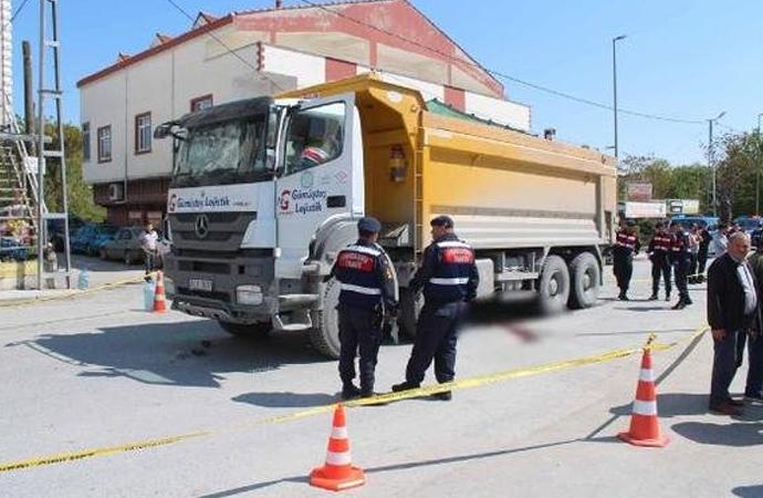 Hafriyat kamyonu yine can aldı, mahalleli yolu trafiğe kapattı!