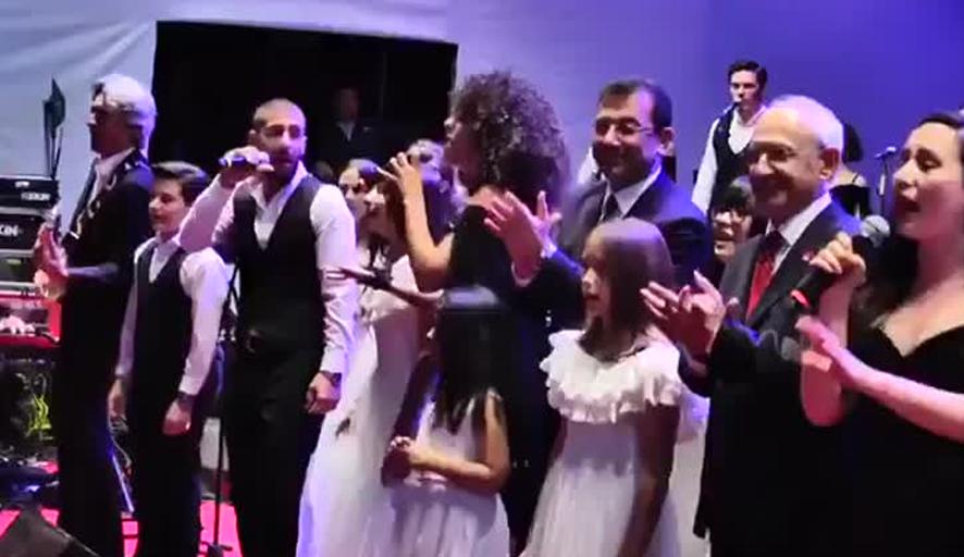 Kılıçdaroğlu ve İmamoğlu sahnede çocuklarla birlikte şarkı söyledi