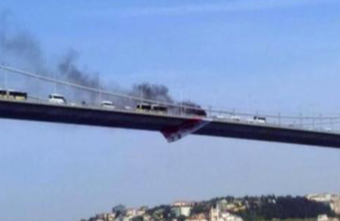 Boğaz köprüsünde bir kişi aracını yakıp köprüden atladı!