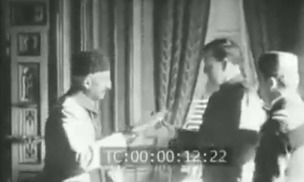 Vahdettin İstanbul'un anahtarını karşısında selam durduğu İngiliz Komutana teslim ederken.