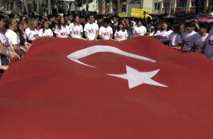 19 Mayıs yürüyüşünde 'İzmir Marşı'na öğretmen engeline öğrenci isyanı: 15 Temmuz'u değil 19 Mayıs'ı kutluyoruz hocam!