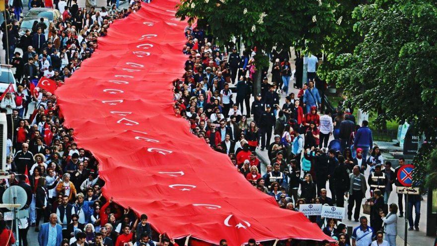 Samsunlular akın akın 100. yıl törenine geldi. İşte Atatürk'ü temsil eden bayrak